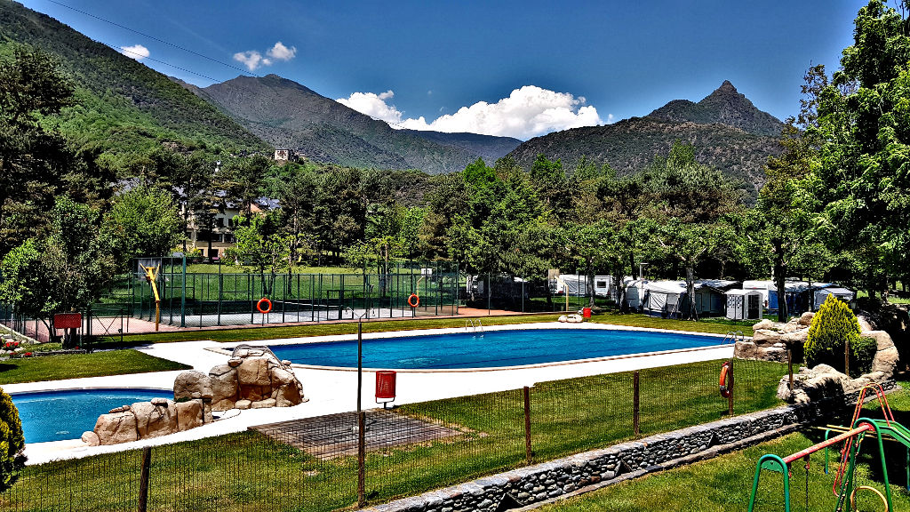 open pool and with the best temperature of the Pyrenees